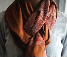 Палантин глиняного коричневого цвета с узором