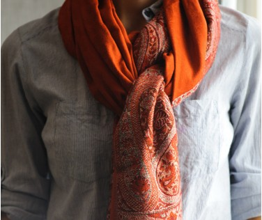 Палантин глубоко оранжевого цвета с узором