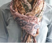 Разноцветный палантин в лавандо-розовой гамме